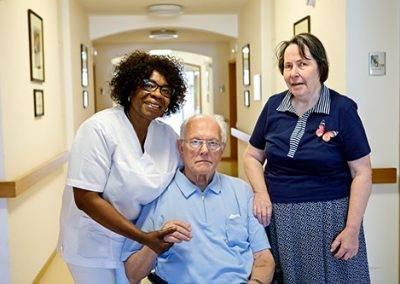 Pflegerin mit Senioren